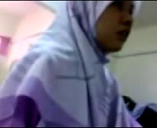 Download vidio bokep Kiai cabuli anak pesantren berhijab masih perawan mp4 3gp gratis gak ribet