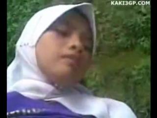 Cewek jilbab ngentot di atas motor