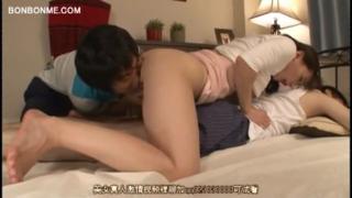 Selingkuh berhubungan seks di depan pacarnya yang tertidur