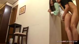 Jilat memek ngentot istri kakak di dapur