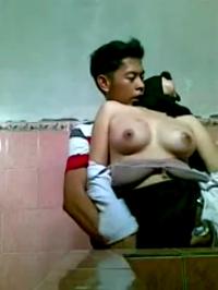 Video Bokep SMA Ngentot Nungging di WC Sambil direkam