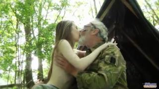 Download vidio bokep ABG ngentot sama kakek tua di hutan mp4 3gp gratis gak ribet