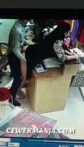Rekaman CCTV bos ngentot sama pelayan toko