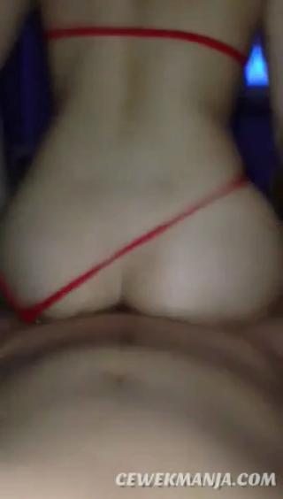 Kontol digoyang pantat semok sampai crot
