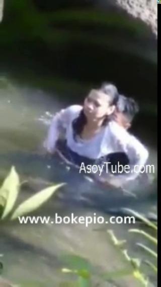 Download vidio bf Skandal Air Bergoyang Intip abg ngentot di sungai